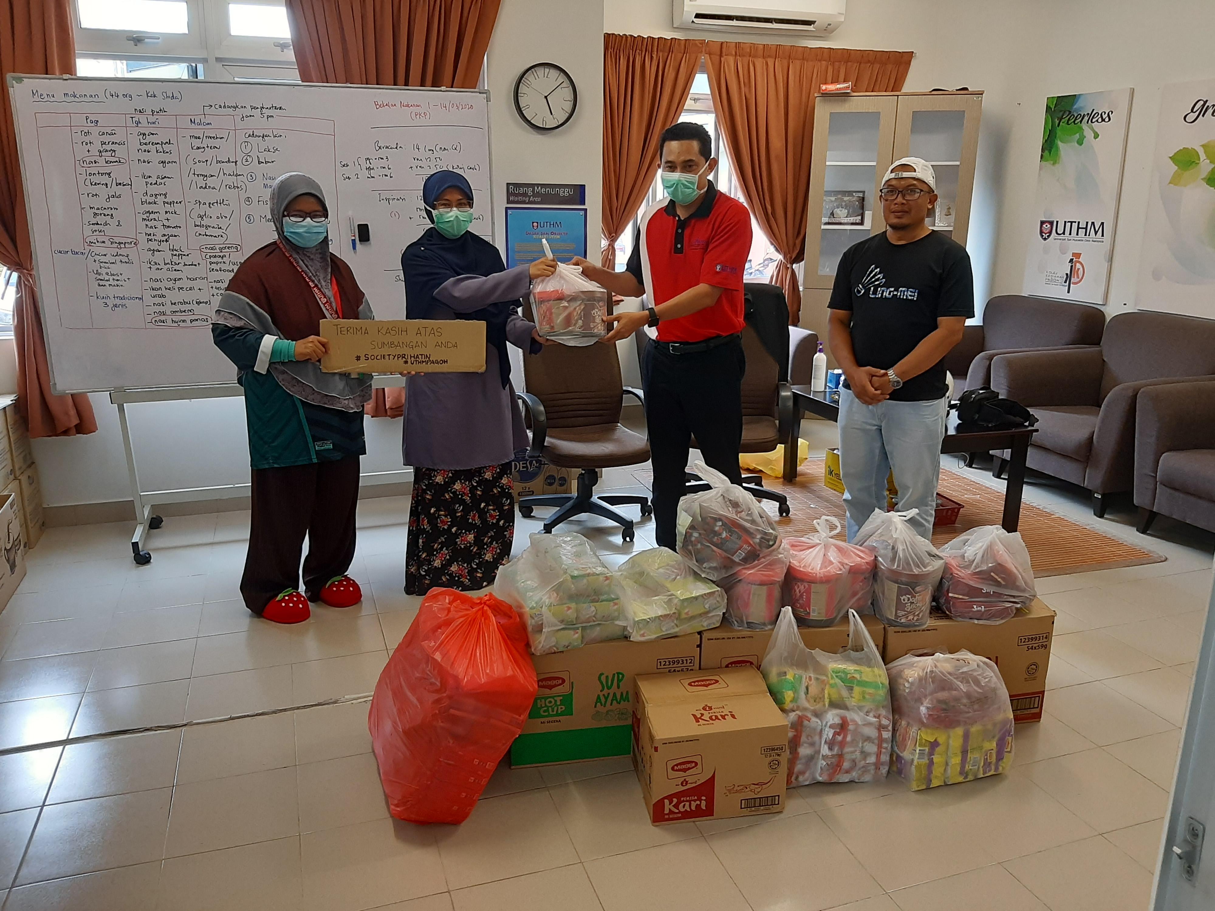 Sumbangan diserahkan di Koleh Kediama Pelajar UTHM Pagoh oleh Puan Nur Diyanah (tudung biru) kepada Provost UTHM Pagoh, Provost UTHM Pagoh, Prof. Madya Ts. Dr. Mohd Kamarulzaki Bin Mustafa (baju merah).